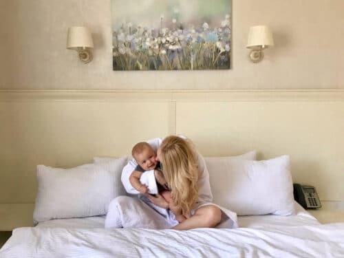 bebe et maman a l'hotel