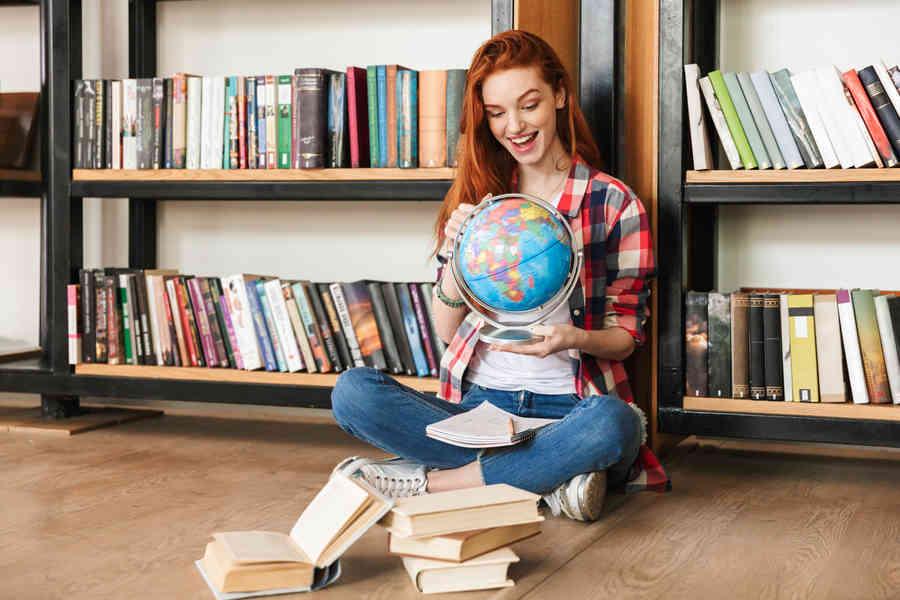 femme voyage globe